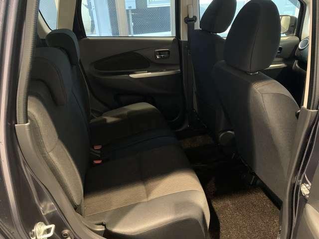 後部座席は前後にスライド可能です☆軽自動車ですが、大人の方でも足を伸ばして座れます☆