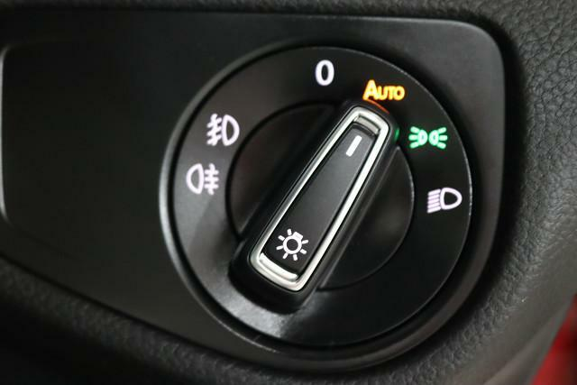 操作性重視のダイヤル式ライトスイッチ。夕刻時の安全性を向上するオートライトも装備。