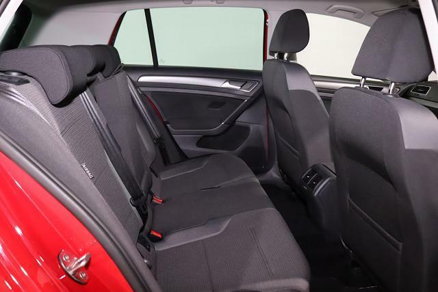 さわやかな座り心地と広さを感じるリヤシート。サイドエアバックも搭載。