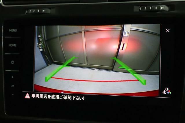バック時に車両後方の映像を映し出します。画面にはガイドラインが表示され、目標までの距離と安全を確認できます。