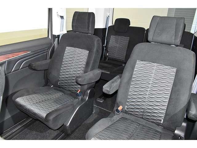 ウォークスルーの可能なキャプテンシートで3列目までスムーズに乗り込めます★キャプテンシートは飛行機のファーストクラスをイメージしています■つながっているシートより疲れにくいですよ♪