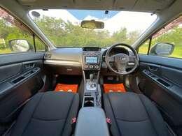コンパクトなボディですが、車内はシンプルにまとめられており、すっきり広々な印象です。
