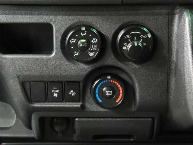 ☆エアコン☆マニュアルエアコンです!操作しやすい位置にボタン配置されています!