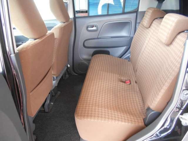 後席の足元も広々。長距離ドライブの際には疲労度が全く違いますよね。また足元に荷物を置くときも広いと嬉しいです。