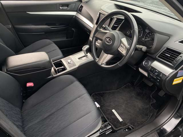 足元のスペースは十分にありますので、窮屈間無くドライブをお楽しみいただけます♪電動シートになっておりますので、走行中でもシート位置変更可♪微調整もできますのでお好みの位置をお選びいただけます♪