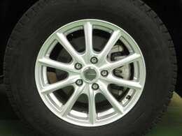 現在はスタッドレスタイヤを装着しておりますが、純正アルミ+夏タイヤも付属致します!