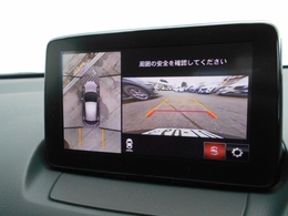 メーカーオプションの360度ビューモニターを装備。センターディスプレイに俯瞰カメラの映像を映し出し、駐車をサポートします。
