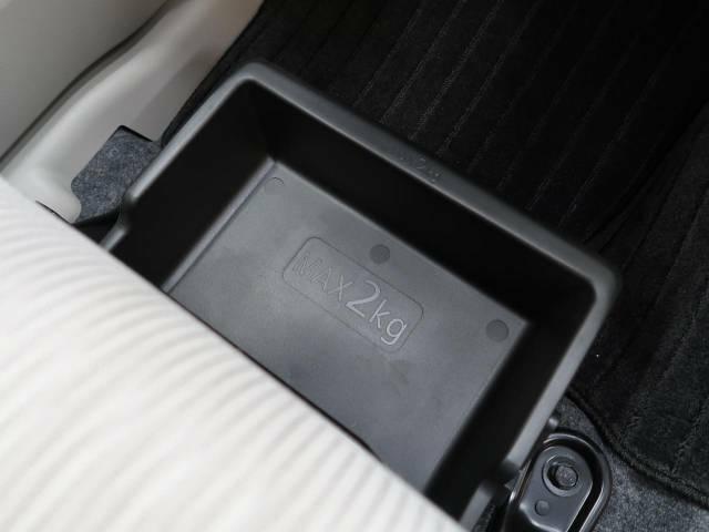 【シートアンダーBOX】シート下にはこのようなBOX収納があります。「軽自動車は収納が少ないから・・・」という方にも安心♪