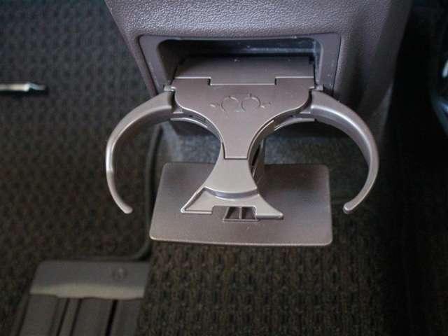 使い勝手の良いフロントセンター部のカップホルダー!よく使う場所にあると便利ですよね。