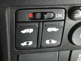 運転席からスイッチ一つでスライドドアーの両側が開閉でき、大きな荷物を持った方やお子様お年寄りの乗り降りが楽になり大変役に立ちます。