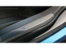 まず、i8ではエブリン初入庫となる純正ブルーとなる『プロトニック・ブルー』がボディカラーとなり、