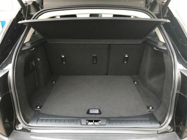 ハンズフリーパワーテールゲートを利用すると、車に触れることなくトランクの開閉が可能!車体の後部側面(リヤタイヤの後ろ付近)にセンサーがあり、両手で荷物を持っていても足をかざすと自動開閉します!