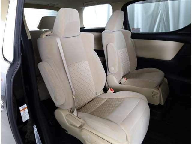 足元広々の座り心地良好、後席ですよ。 ドライビング中、長い間同じ体勢で居るのって大変ですよね。 長く座っているものだから、リラックスできるシートがいいですよね。