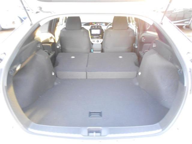 後席を倒すと収納力がアップします。長尺の荷物も積めるのでカーライフの幅が広がりますね!