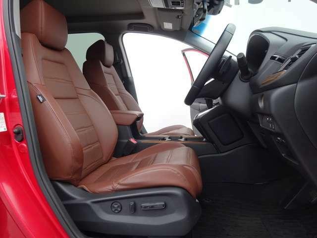 運転席、助手席は電動シートでお好みのポジションにセットアップ