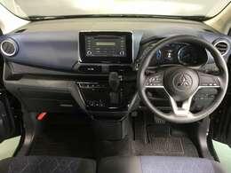 シフトレバーをダッシュパネルセンターに装備。運転席、助手席の足元すっきり!