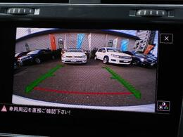 ギヤセレクターレバーをリバース(R)に入れると、リヤビューモニターが作動し後方の映像をディスプレイに映し出します。緑のガイドラインと赤い停止ラインで車両後退時の安全をサポートします。