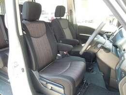 広々とした運転席。運転席と助手席で行き来も楽々です♪