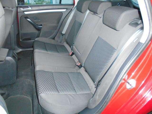 後部座席も何一つ手抜きなしに作られてます。またこのセカンドシートは使用感もなく非常にキレイで所々に新車のビニールシートカバーがいまだにかけられています。本当にキレイで状態の良い内装です!(^^)!