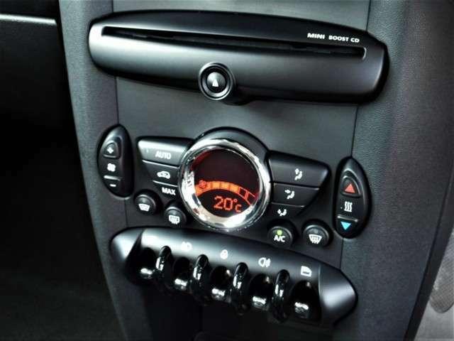 ミニらしいデザインのフェイスパネルです、MINIブーストCDオーディオにMINIデザインのオート式エアコンも装備しています、機関良好です
