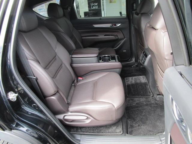 後席もゆったりとくつろげるスペースを確保し、万が一の前面衝突時には後席乗員の下半身がシートから滑り落ちることを抑制する構造になってます。