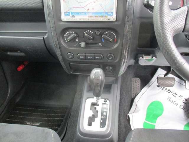 シートヒーターて寒い冬の朝も快適です。ボタン式4WD切替機構で操作も簡単。