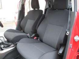 シミや汚れの目立ちにくい、ブラック系のシートカラーです。ブラックの内装、ハイグレード車の象徴です。ゆったりくつろげる空間。長距離運転でも疲れませんよ!内外装美車!!来て、見て、座ってください!!