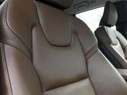 好評のマルーンブラウンレザーを採用。前席は電動&シートヒーターを装備しています。