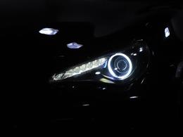 ヘッドライトはインナーをブラックにペイントしイカリングライトを追加しました。純正とは段違いに格好の良いクールな目つきになりました。