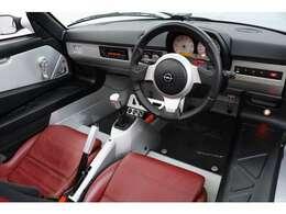 スピードスターは、オペルの自動車生産100周年を記念して発売されたモデルです。