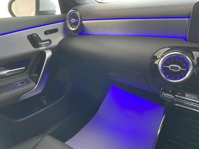 【アンビエントライト】64色の中から、ドア、ダッシュボード、センターコンソールなどのLEDの間接照明が車内空間を上質に彩り、ラグジュアリーな雰囲気を演出します。