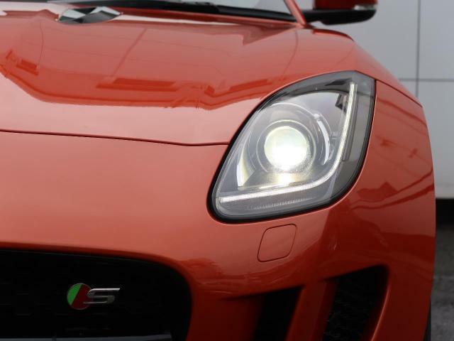 ジャガーのアイコンである『Jブレード』のシグネチャーライトを採用したヘッドライト!夜間の視界を確保し明るく照らすHID!