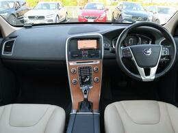 人気の最終型特別仕様!!XC60T5クラシックを認定中古車でご紹介!特別装備のサンルーフ&ウッドパネルで内装も明るく、更に白革を使用しておりますので高級感も伴った1台となっております。