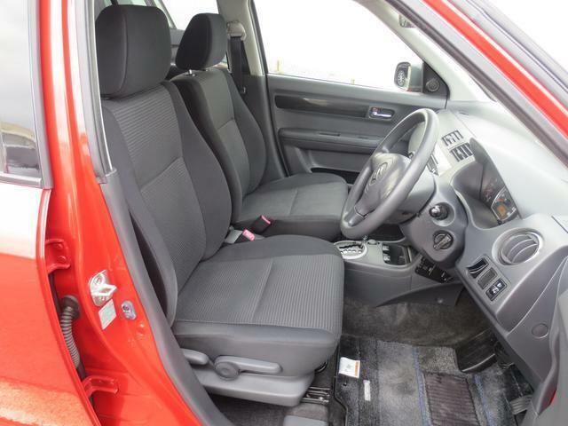 ブラックを基調としたフロントシート☆座り心地の良いシートで、長時間の運転も疲れにくいです♪