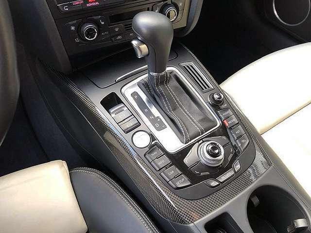 アウディドライブセレクト他車両各部のセッティングはカーボンパネルがカッコイイコンソールのダイヤルで調整可能です