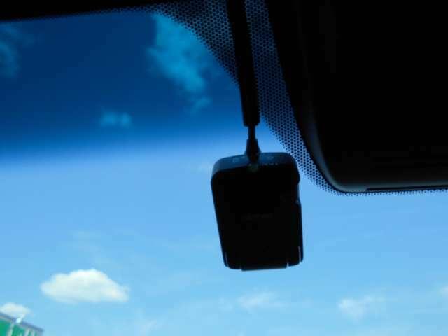 ★フロントガラス上部に万が一の際に録画してくれるドライブレコーダーが搭載しています♪後ろにも付いています♪ポイント5鈴鹿店ではボディコーティング施工も実施中♪せっかくの愛車をより綺麗にしてみませんか?