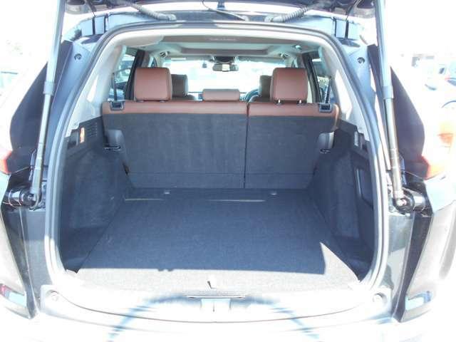 ★CR-VハイブリッドXのラゲッジスペースです♪後部座席はセパレートタイプで使い勝手も良く広々した空間でたくさん荷物を積む事が出来ます♪ご納車前には外装+内装クリーニングも実施いたしますので快適です♪