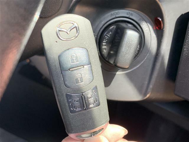 【スマートキー】鍵を挿さずにポケットに入れたまま鍵の開閉、エンジンの始動まで行えます。