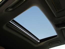 【電動チルト&スライドムーンルーフ】開放感たっぷりの人気アイテム。開放感溢れる車内を演出し風を感じながらのドライブは気持ちいいですね!