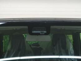 【レーダーブレーキサポート】渋滞などでの低速走行中、前方の車両をレーザーレーダーが検知し、衝突を回避できないと判断した場合に、緊急ブレーキが作動。追突などの危険を回避、または衝突の被害を軽減します。
