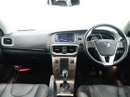 V40 CC AWD T5が入庫しました!!車体は小柄な方だがAWDのT5は力強い走りを体現します!!シートヒーター、BLIS、ACCなど安全装備が充実した一台となっております!!