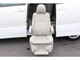 セカンドシートが車外まで出てきます!介助する方、される方にも便利なお車です。