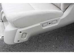 サイドリフトアップシートはお手元で昇降、前後、リクライニングが操作可能です◎