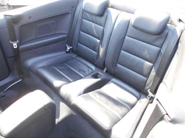 後部座席も、通常のゴルフ同様、足元にも余裕があり、風の巻き込みも前席同様、少なく、快適なオープンドライブを楽しむことができます!また、この後部座席は乗車歴がないほど、非女王にきれいです!