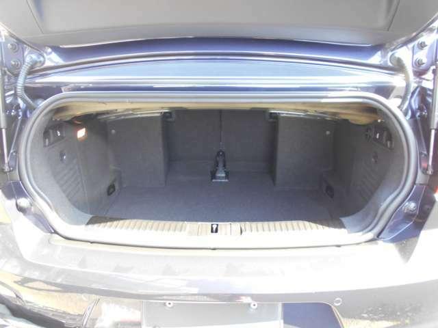 ルーフの開閉に関らず250Lのトランクはカブリオレの中ではNO1の広さです!さらに後席の背もたれを前方に倒せば車内とのトランクスルーになり長物も積めます!カブリオレでこんなにも実用性の高い車はありません。