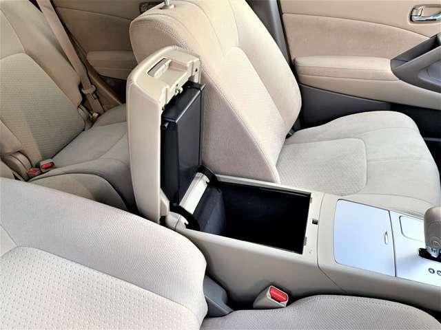 運転席・助手席の間には2段式アームレストコンソール付き☆コンソールは深さが有り小物の収納タップリ◎