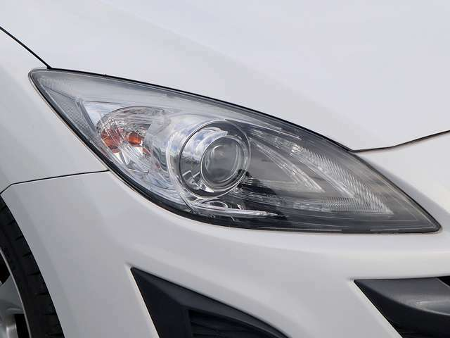 【オートライトシステム装備車】車外の環境に合わせてライトを点灯するスマートなシステムです。夕暮れや、トンネル入り口では瞬時に点灯するなど、点灯、消灯を車外の明るさに応じて行ってくれる快適装備です。
