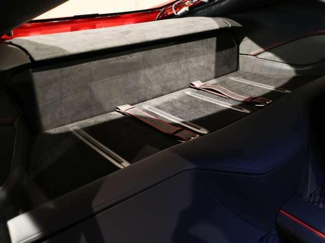 シートの後ろのスペースには荷物を置くスペースがあります。2シーターでも十分な容量があります。