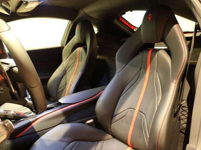 シートは使用感もなく、きれいな状態です。オプションのカラード・ステッチの赤が良く映えます。