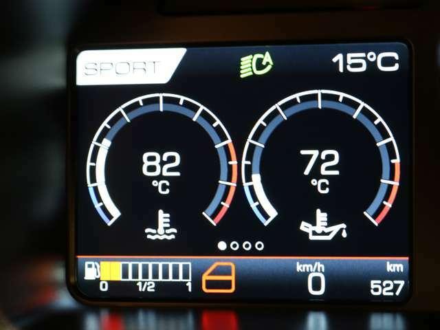 レブカウンターの左側には、空気圧や電圧などの情報とスピードが表示されます。